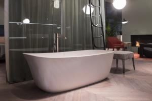 Nowoczesna łazienka: minimalistyczna wanna wolno stojąca