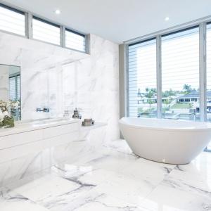 Płytki jak kamień: tak urządzisz stylową łazienkę
