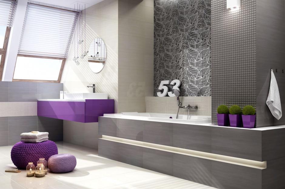 Szara łazienka ożywiona kolorem