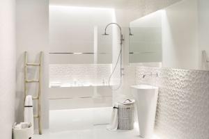 Łazienka w trójwymiarze: postaw na płytki strukturalne