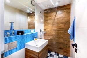 Mała łazienka w warszawskim mieszkaniu: zobacz kolorowe wnętrze