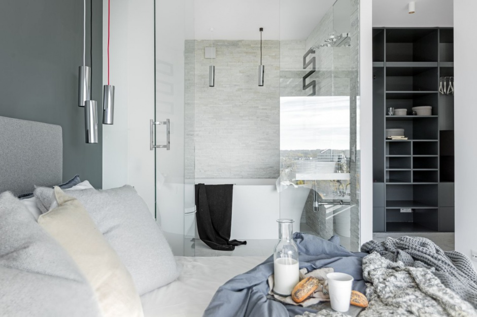 Czarno-biała łazienka: nowoczesne wnętrze przy sypialni