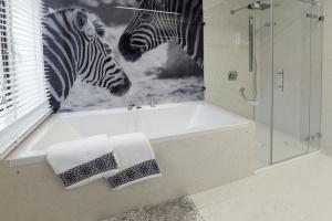 Czarno-biała, nowoczesna łazienka: zobacz gotowy projekt