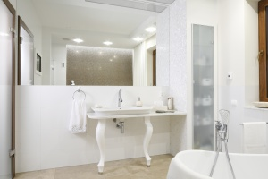 Nisze i wnęki w łazience - tak urządzają Polacy