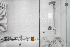 Piękna łazienka z marmurem - gotowy projekt wnętrza