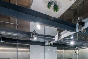 Łazienka w stylu loft - niezwykłe wnętrze wykończone blachą