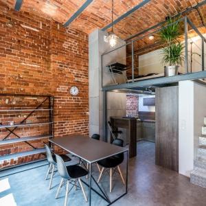 Łazienka w stylu industrialnym: metal na ścianach i podłodze