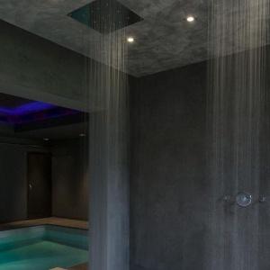 Luksusowa strefa prysznica: okładziny z naturalnej skóry