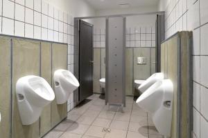 Jak zmieniły się łazienki dla skaterów? Metamorfoza w pofabrycznej hali