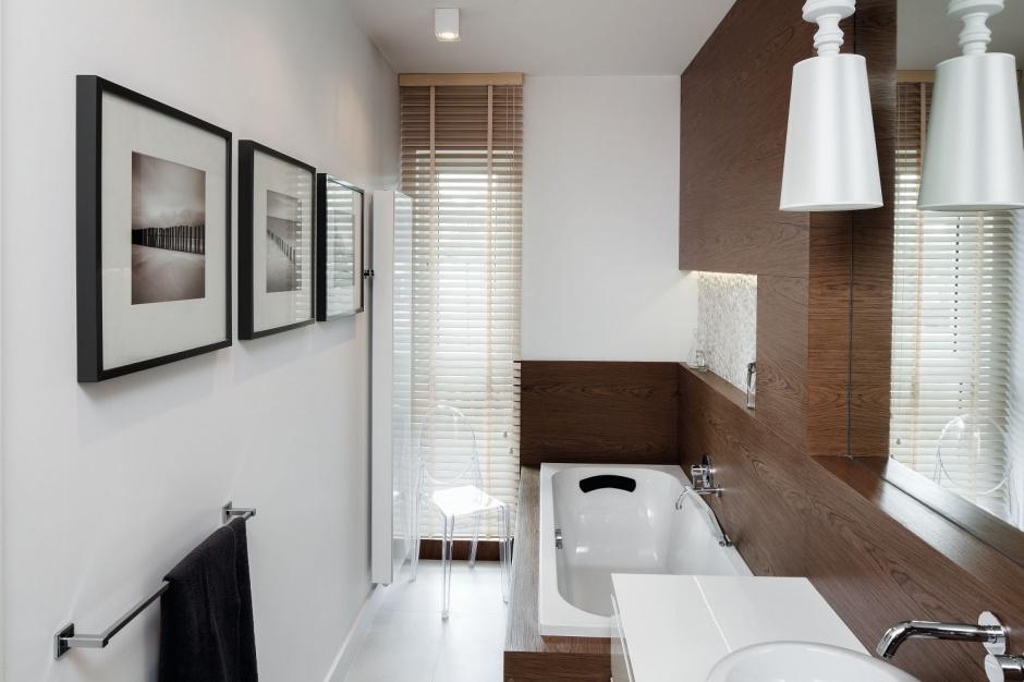 Wąska łazienka: przytulne wnętrze w naturalnych materiałach