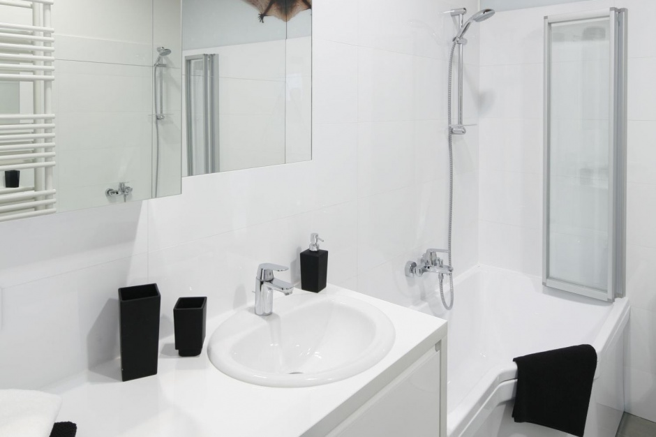Radzimy - Pomysł na małą łazienkę - wanna z parawanem  Łazienka.pl