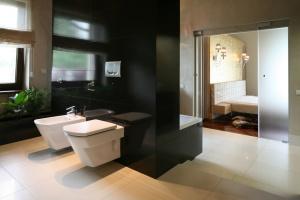 Łazienka przy sypialni: pomysły z polskich domów