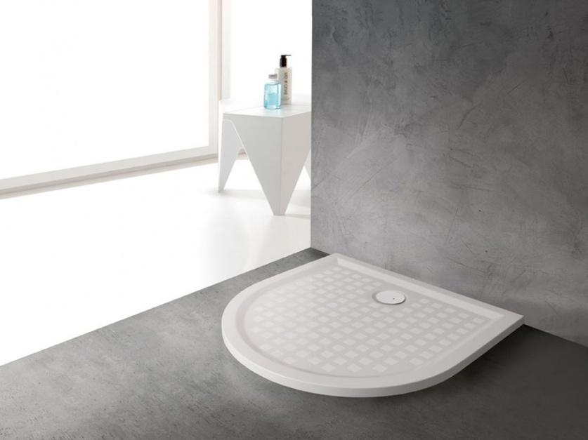 Strefa prysznica: postaw na antypoślizgowy brodzik