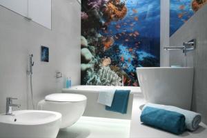 Ściana w łazience: postaw na fototapetę z morskim motywem