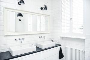 Białe meble z czarnym blatem: sposób na elegancką łazienkę
