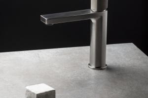 Łazienka w stylu loft: wybierz baterię z betonowym uchwytem