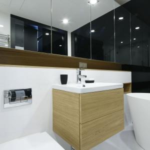 Minimalizm ocieplony drewnem: gotowy projekt nowoczesnej łazienki
