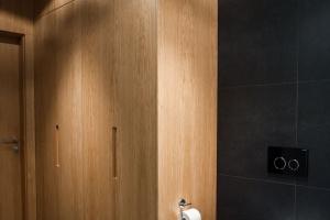 Czarno-biała łazienka ocieplona drewnem: zobacz gotowy projekt
