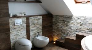 Natura w łazience: kamień i drewno na pierwszym planie