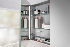 Strefa umywalki: postaw na lustrzaną szafkę z licznymi funkcjami