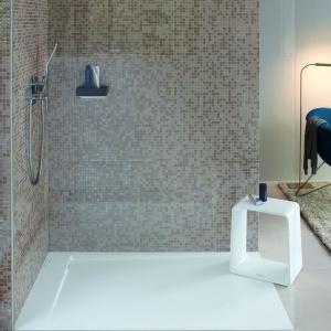 Praktyczna strefa prysznica: postaw na płaski brodzik