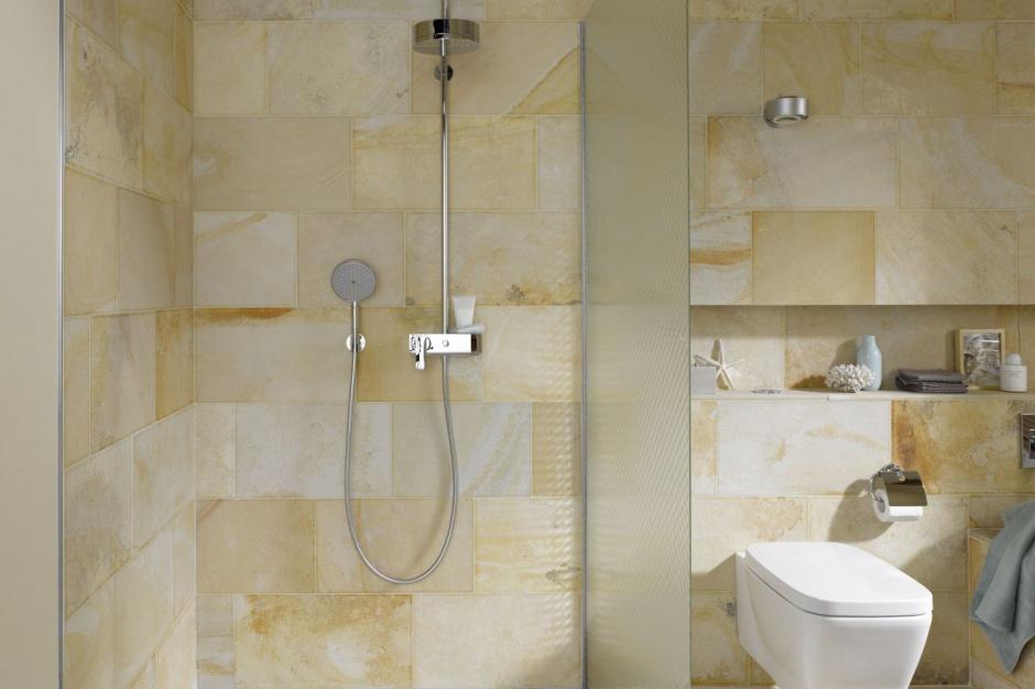 Efekt 3D w łazience: postaw na ornamentowe szkło