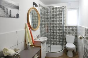 Radykalny remont łazienki - popularna marka odnawia domy Polaków