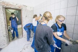Wolontariusze Geberitu pomagają w remoncie warszawskiej szkoły [fotorelacja]