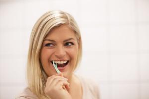 Zadbaj o zdrowe zęby: nić i wykałaczka w jednym