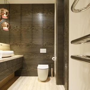Wysoka zabudowa łazienkowa: postaw na kolory drewna