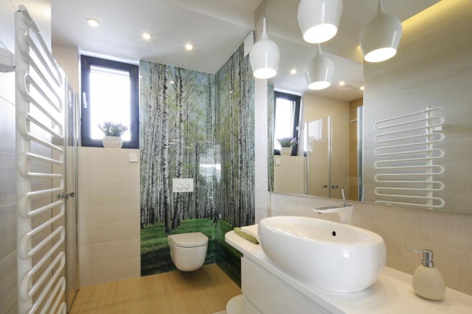 Natura w łazience: 3 pomysły na ścianę z motywem leśnym