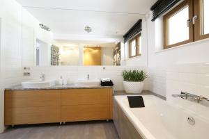 Łazienka dla dwóch osób: strefa umywalki dla dwojga