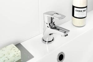 Funkcjonalna strefa umywalki: dobieramy baterię umywalkową