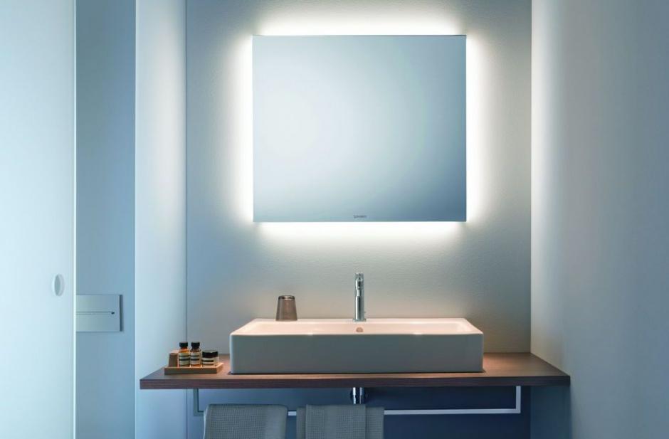 Nowoczesna łazienka: postaw na lustro zintegrowane z oświetleniem
