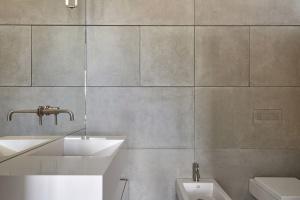 Beton w łazience - w postaci naśladującego go tynku