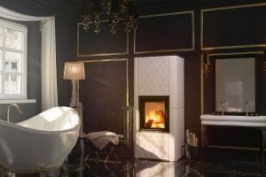 Sposób na relaks w łazience: postaw na kominek