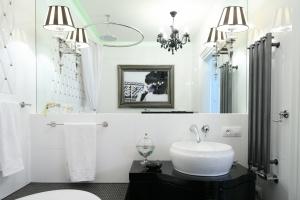 Czarno-biała łazienka: sposób na eleganckie wnętrze