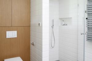 Łazienka w szarościach i beżach: 16 zdjęć z domów Polaków