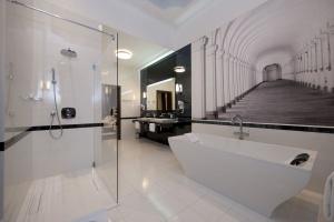 Brodzik w białych hotelowych łazienkach. Czym się musi wyróżniać?