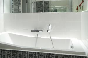 Białe płytki w łazience: 5 pięknych zdjęć z polskich domów