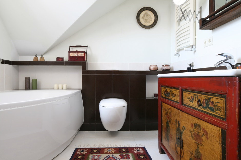 Ściana w łazience: pomaluj ją na biało!