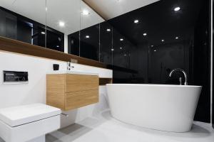 Ściana w łazience - co zamiast płytek?