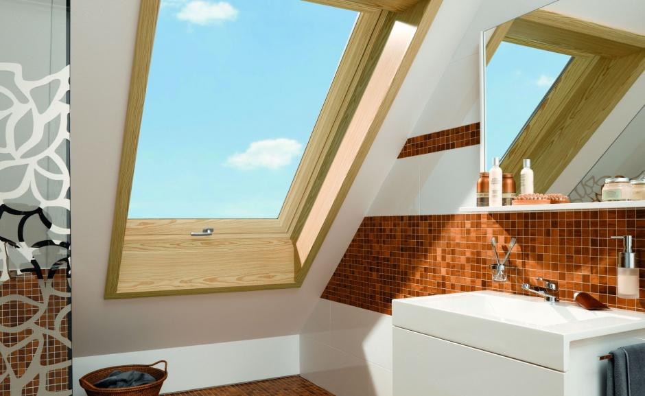 Łazienka na poddaszu: idealny sposób na wnękę okienną