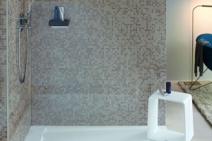 Modna strefa prysznica: wybierz płaski brodzik