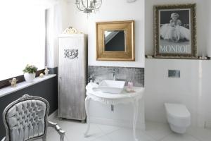 Łazienka na karnawał: 10 zdjęć wnętrz w stylu glamour