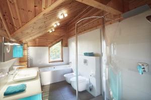 Łazienka w drewnie: zobaczcie wnętrza domu z bala