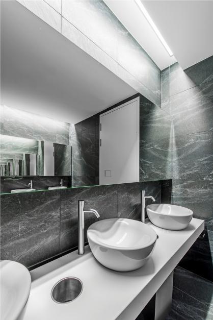 Nowoczesna toaleta w biurowcu Q22