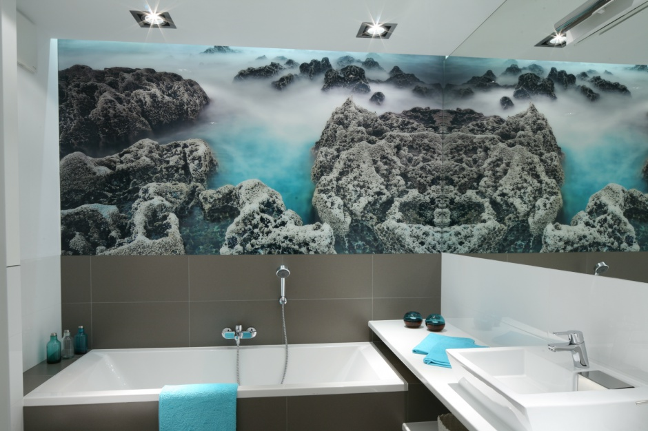 Lustro w łazience: postaw na duży format