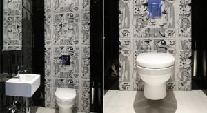 Ściana w łazience: toaleta dla gości, w której przeczytasz mangę