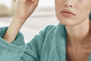 Akcesoria upiększające: podgrzewana zalotka z masażerem